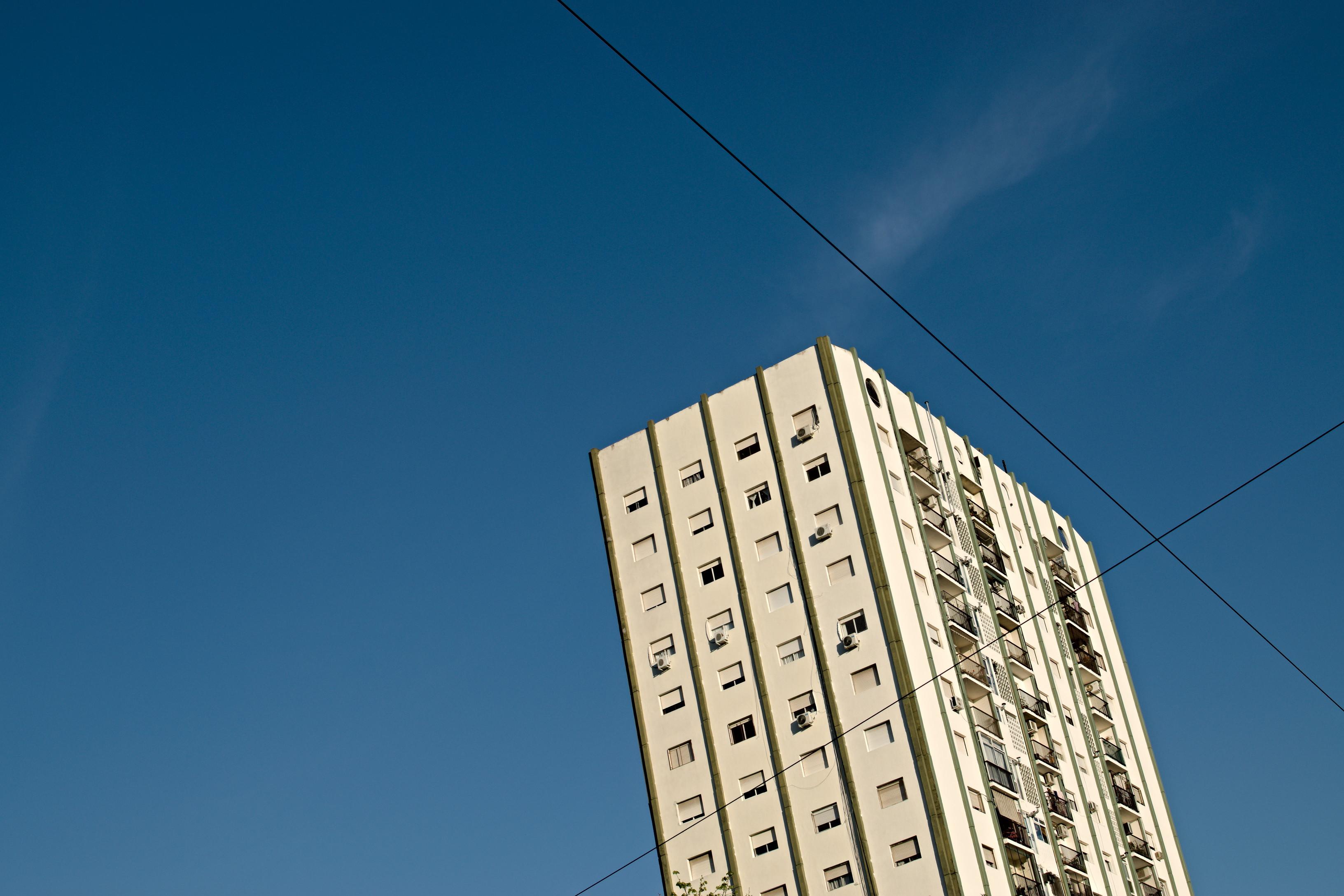 Un edificio acompañado de cables.